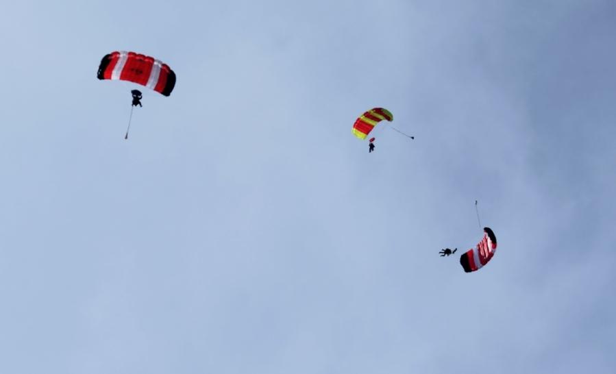 Drei Fallschirme