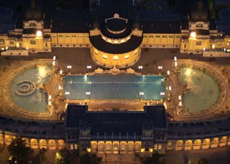 Das Thermalbad in der Abenddämmeruung. Foto: wikipedia